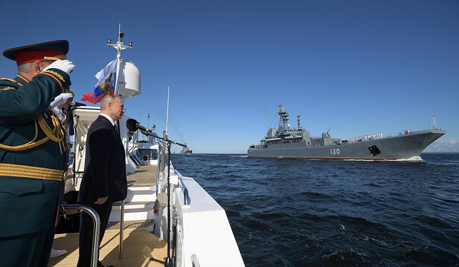 Putin_Navy_Salute-apha-200728.jpg