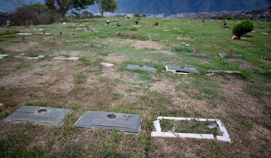 headstone_looting_venezuela-apha-180711.jpg