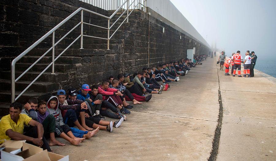 migrants_sitting_spain-apha-180118.jpg