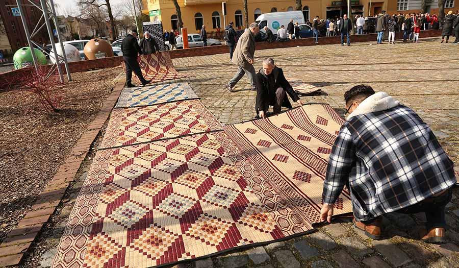 mosque_membersprayerrugs_berlin-apha-180316.jpg