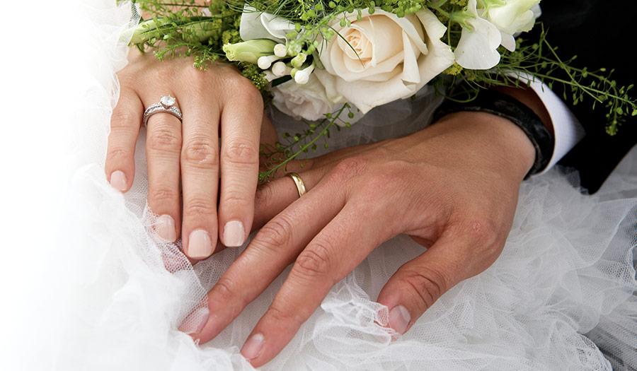 newlywed_couple_roses-apha-180620.jpg